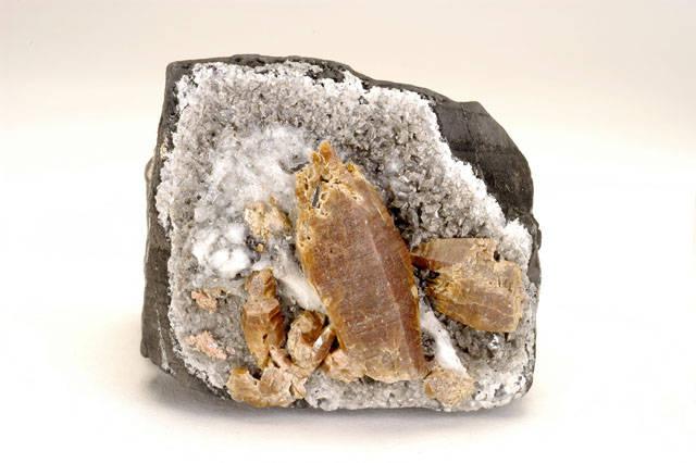 Parisite, Calcite