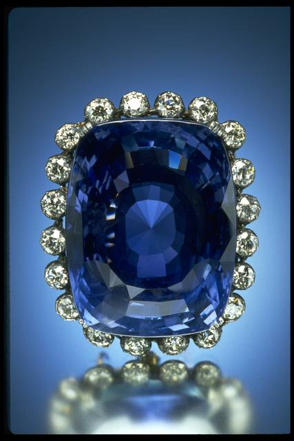 Photograph of the Logan sapphire (NMNH G3703) with soft mirror