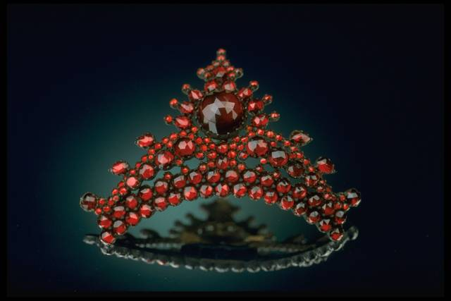 Photograph of a pyrope hair comb (NMNH G2164-02) from the National Gem Collection