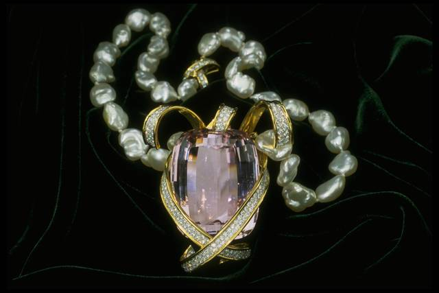 Photograph of the Picasso kunzite and pearl necklace (NMNH G9956)