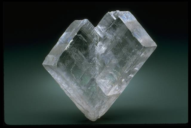 Photograph of twinned calcite crystals (104908) from the National Mineral Collection